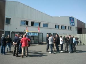 Ils étaient une vingtaine de salariés et représentants syndicaux à s'être rassemblés devant les locaux de l'entreprise niortaise Edac, lundi 24 juin, dans l'après midi.
