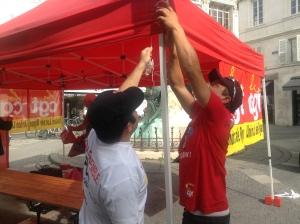 Quelques militants du Collectif Jeunes CGt de l'UD17 prépare leur stand Place des Petits Bancs, en centre de La Rochelle.